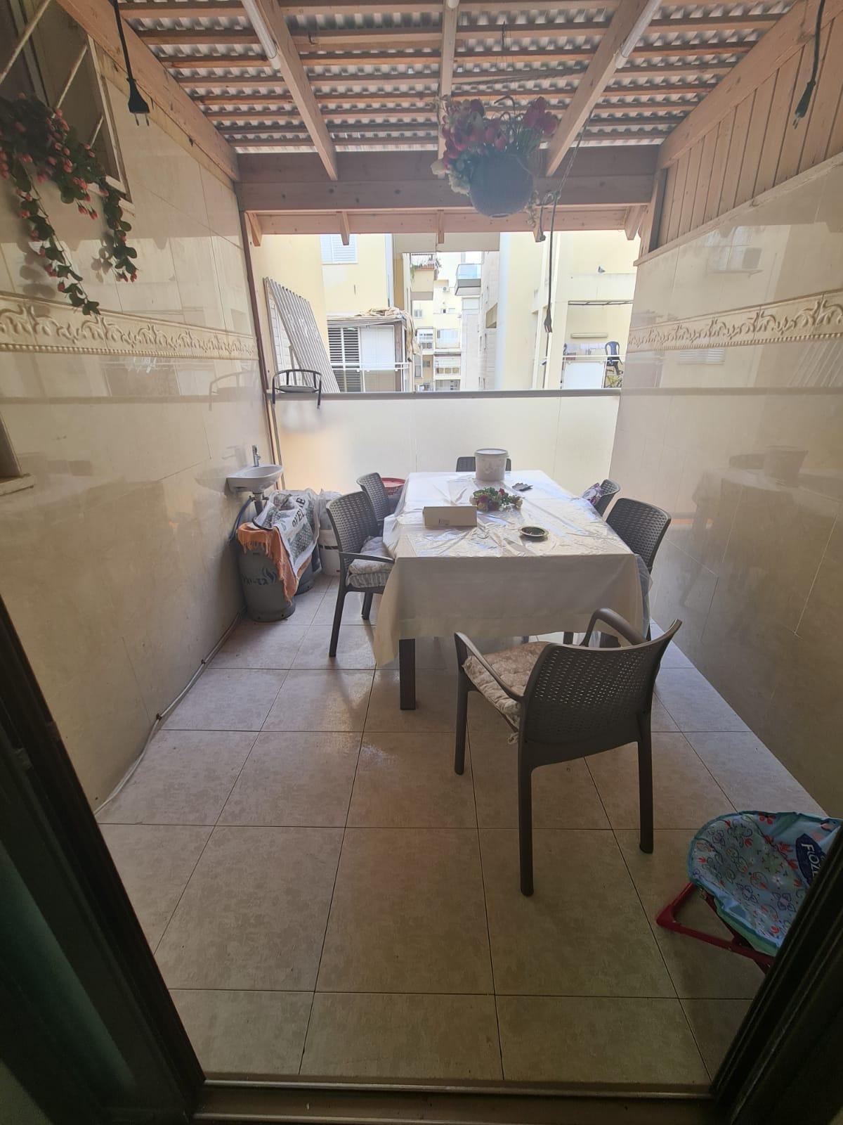 למכירה 5 חדרים עם מרפסת שמש מעלית וחניה ברחוב הרב צבי יהודה בת ים שכונת רמת הנשיא